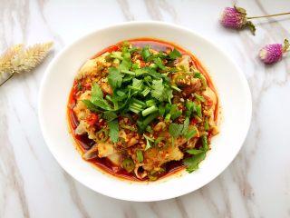 口水鸡,撒上葱花和香菜放置片刻即可食用。