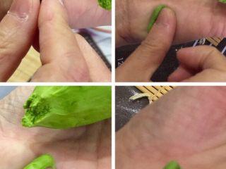 猫耳朵,第一种做法如图:手拿一大块面,用手揪下指拇大一块面用手指在掌心稍微团圆,放在手掌右下面用拇指从左边用力推转成猫耳朵了。
