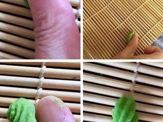 猫耳朵,第二种做法如图:从手上揪拇指大小一块面在手心稍微团圆放在寿司帘子上推压成螺纹型的猫耳朵。