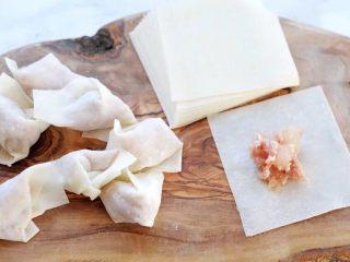 鲜虾馄饨,我包的是街头风的小馄饨。就是用根筷子挑一小坨肉馅,放在馄饨皮的中央,然后用手一捏,馄饨皮就拢在一起的那种。包好后,收口向下放置。