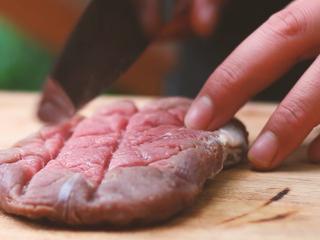 意大利芝士烤牛排,牛肉打网格刀。