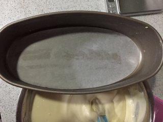 轻乳酪蛋糕,轻乳酪蛋糕模,模抹一层薄薄的黄油,底部垫油纸