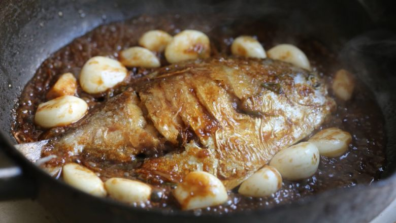 蒜香鲳鱼,转大火收到汤汁浓稠,此时根据口味可少量加些盐。