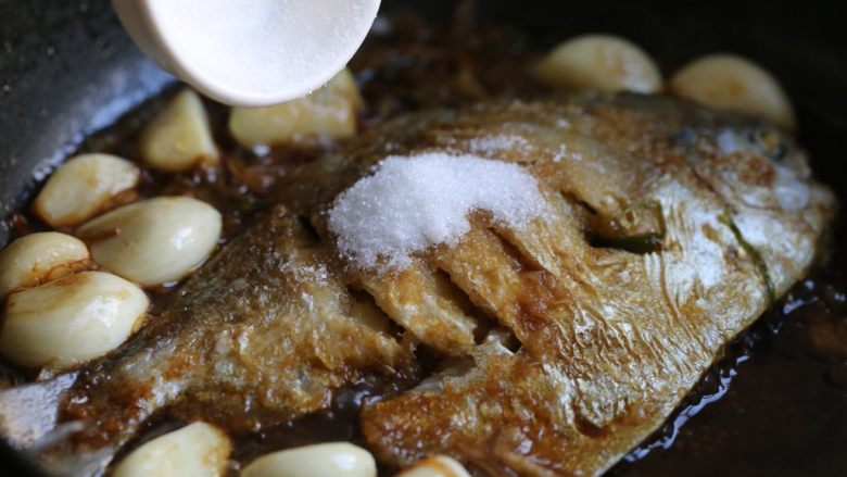 蒜香鲳鱼,调入白糖,加盖小火焖煮十分钟。