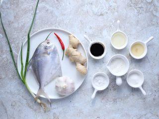 蒜香鲳鱼,准备好所需食材和调味。