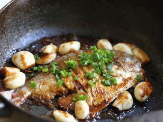 蒜香鲳鱼,出锅前撒入香葱。