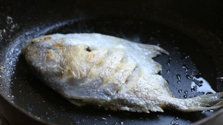 蒜香鲳鱼,炒锅内倒入适量油,烧到七八成热,放入抹好淀粉的鲳鱼,中小火慢煎至鱼身两面金黄,将鱼盛出。