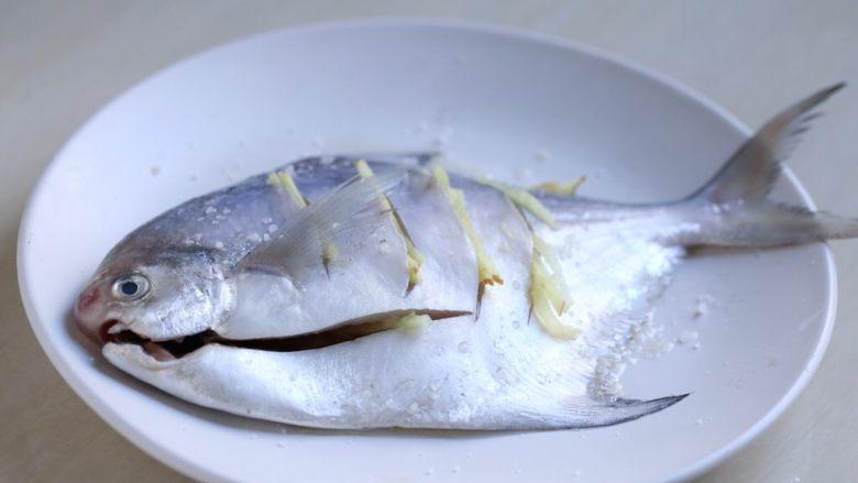 蒜香鲳鱼,鲳鱼用盐、<a style='color:red;display:inline-block;' href='/shicai/ 894'>黄酒</a>一汤匙、姜丝腌制一会儿。