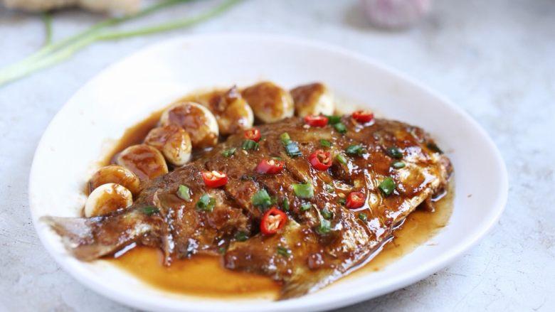 蒜香鲳鱼,蒜香鲳鱼装盘,鱼身放上小米辣圈装饰即可。