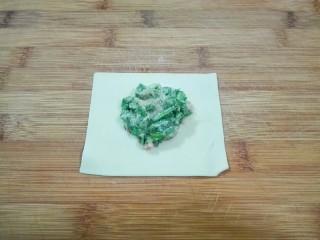 真的很满足~麻油韭菜大馄饨,取一张馄饨皮,肉馅放中间