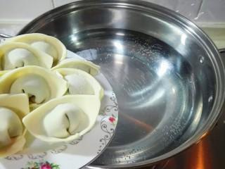真的很满足~麻油韭菜大馄饨,烧开半锅水,放馄饨,轻轻的摇一摇锅,防止粘锅,