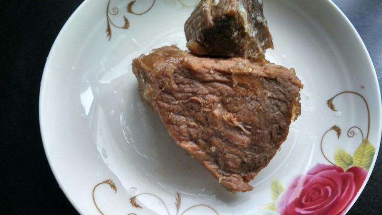 回锅牛肉,准备好<a style='color:red;display:inline-block;' href='/shicai/ 4225'>卤牛肉</a>。