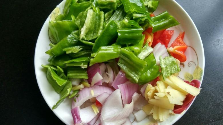 回锅牛肉,青椒,红椒,洋葱切小块,生姜切丝。
