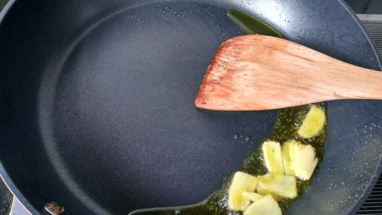回锅牛肉,锅内放适量的油,放生姜爆香。