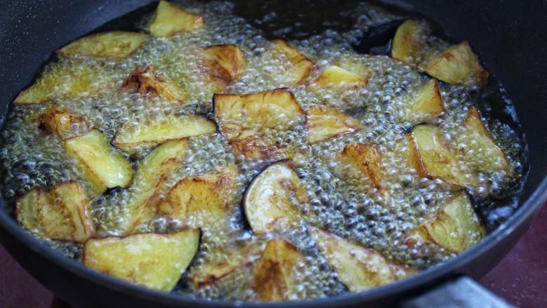 土豆烧茄子,用同样方法将茄子炸熟捞出控油