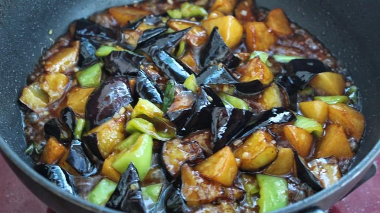 土豆烧茄子,最后把炸好的茄子和土豆倒入锅中,大火快速翻炒收汁即可