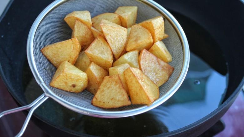 土豆烧茄子,炸至土豆表面金黄捞出控油
