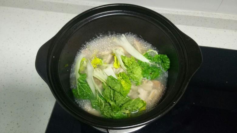 肚丝汤,加入青菜再煮2分钟。