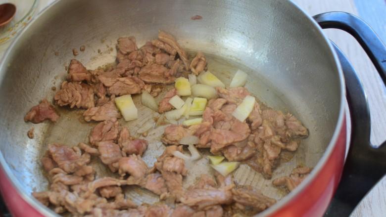 辣椒炒肉片,炒至断生
