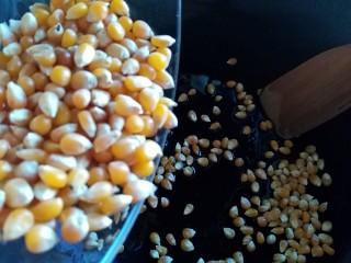 香甜爆米花(无黄油版),倒入玉米粒