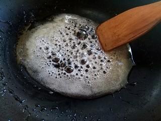 香甜爆米花(无黄油版),七八分钟后,水糖融合,糖色慢慢变得褐色 再熬几分钟,直到变成褐色——焦糖