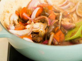 喷香羊肉饭/牛肉饭,大火把羊肉收汁,加入洋葱,红萝卜翻炒。再加入十三香和孜然。记得要留汤不要收的太干了。