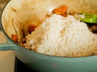 喷香羊肉饭/牛肉饭,把洗干净泡好的米倒入。