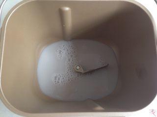 黑豆红枣豆浆小餐包,将豆浆倒入面包桶,加入糖和盐。(豆浆量仅供参考,要根据面粉吸水量而定