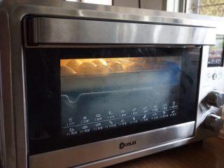 黑豆红枣豆浆小餐包,将面包坯放在东菱K40C烤箱里,烤箱内放置一碗热水,使烤箱内保持一定的湿度,选择烤箱的发酵档,34度发酵40-50分钟