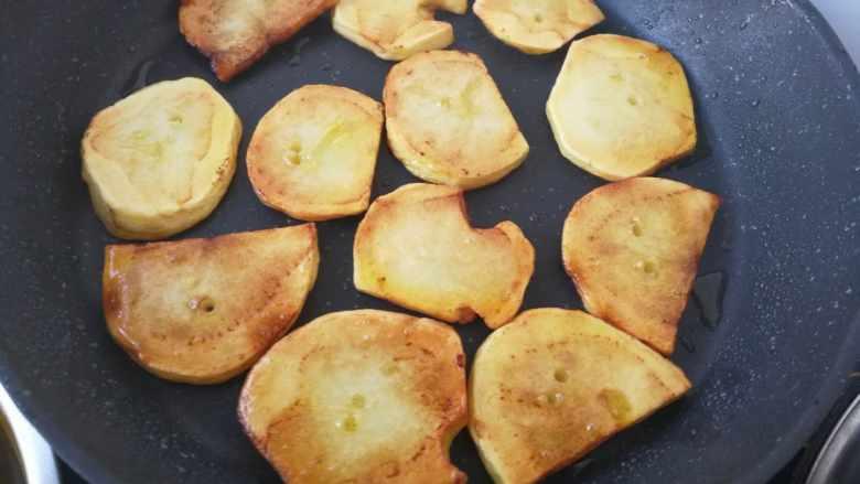 干锅土豆片,两面煎黄  要熟了