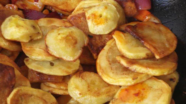 干锅土豆片,加入土豆  炒