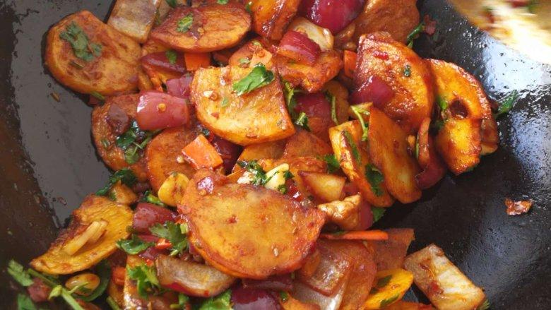 干锅土豆片,加入香菜