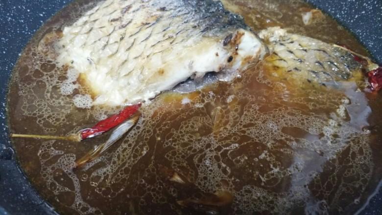 想念妈妈的味道――家常酱焖鲤鱼,差不多盖过鱼就可以,中火炖30分钟,汤汁略收干就好了