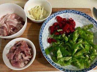 似是小炒肉的尖椒炒肉,红椒尖椒分别切菱形片,姜蒜切片,备用