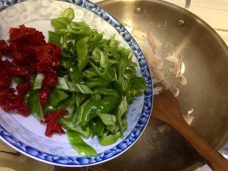似是小炒肉的尖椒炒肉,加入红椒尖椒翻炒