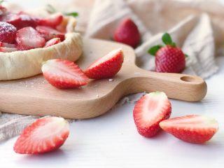家庭版草莓派,现在的草莓刚刚上市 比较脆而不那么甜 做出来的派自然就偏酸 如果不能接受这个酸度 可以等草莓大量上市的时候试一试