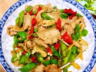 似是小炒肉的尖椒炒肉,觉得我们中国的前人们真的很棒,只是尖椒,猪肉,这么普通的两种食材,这么简单的炒制,竟然能制造出如此美味的菜肴,嘿嘿