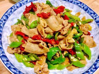 似是小炒肉的尖椒炒肉,尖椒炒肉+白米饭,完美的搭配^o^