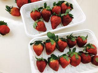 草莓糖葫芦,把草莓按大小排一排,洗净去叶子