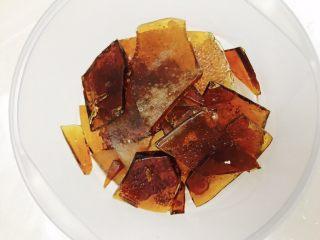 草莓糖葫芦,糖的分量是估算的,要是多熬一点,也可以放到不沾油布上,等冷却后敲碎成块,冷藏可以保存很久,下次要用小火化开就可以了