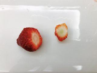 草莓糖葫芦,草莓前部不甜的地方切掉