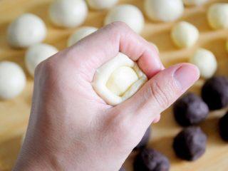 经典版蛋黄酥 最顺手的配方&最详细的制作过程及各种注意事项 高颜值中式传统美食 ,酥皮的制作:无疑是制作过程中最关键的步骤,成品蛋黄酥的起酥效果好不好全在于酥皮制作,把油皮按扁,包裹住油酥。