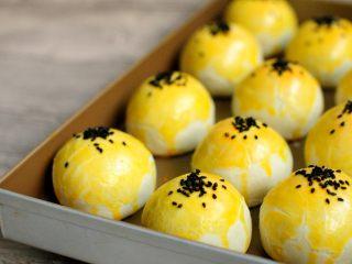 经典版蛋黄酥 最顺手的配方&最详细的制作过程及各种注意事项 高颜值中式传统美食 ,出炉后可以带烤盘放到烤网上降温,这时候的蛋黄酥温度还是比较高的,手拿会太烫。