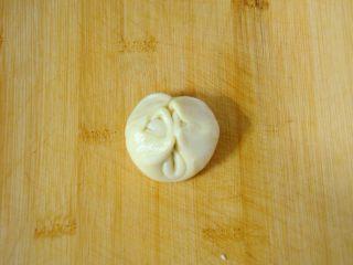 经典版蛋黄酥 最顺手的配方&最详细的制作过程及各种注意事项 高颜值中式传统美食 ,两头对折到中间,轻轻按扁。