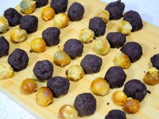 经典版蛋黄酥 最顺手的配方&最详细的制作过程及各种注意事项 高颜值中式传统美食 ,一对对的蛋黄和豆沙都准备好,再统一包起来,这样效率比较高。称一对包一对的效率比较低。