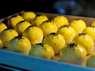 经典版蛋黄酥 最顺手的配方&最详细的制作过程及各种注意事项 高颜值中式传统美食 ,烤箱在准备刷蛋液的时候就可以开始预热了,预热170度。刷好蛋液的蛋黄酥入炉开始烘焙,约25-30分钟。烤好的蛋黄酥从体积上会看到比原来大一圈,这是由于烤制的过程中,酥皮中的水分蒸发,把油皮和油酥结合部分都冲开了,也就形成了一层一层的起酥效果。