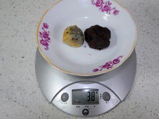 经典版蛋黄酥 最顺手的配方&最详细的制作过程及各种注意事项 高颜值中式传统美食 ,咸蛋黄的重量大约在15-20g不等,根据不同蛋黄的重量,调整豆沙的用量,我平时用的馅料(蛋黄加豆沙)重量在38-40g之间,这样的蛋黄酥个头比较大,外形非常的饱满,但是对酥皮的要求比较高,馅料大的话必然要皮薄点才能包住。不熟练的话,可以把馅料重量控制在35g以下。