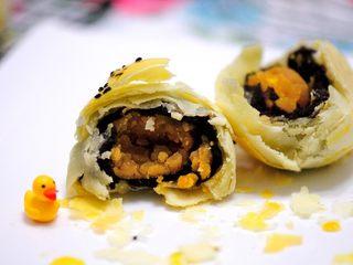 经典版蛋黄酥 最顺手的配方&最详细的制作过程及各种注意事项 高颜值中式传统美食 ,随便打开一个,看看蛋黄酥的细节,这层次够丰富吧。