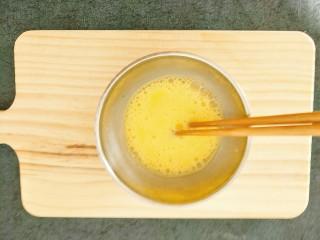 水蒸蛋,鸡蛋用筷子打散,打到鸡蛋有些发白