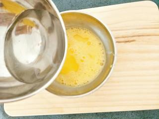 水蒸蛋,倒入温盐水